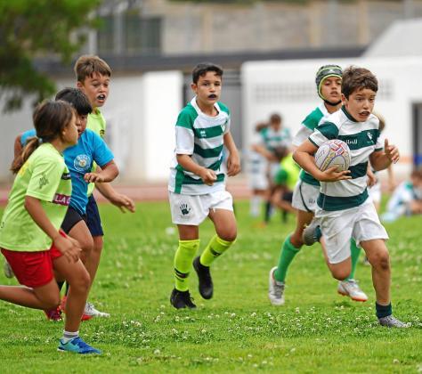 Varios jóvenes, durante una jornada de rugby para los más pequeños llevada a cabo en el ahora llamado Can Misses 3 en junio.