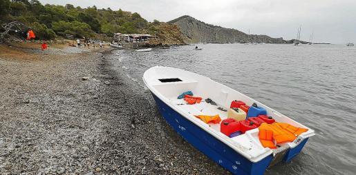 La oleada de pateras llevó esta embarcación hasta Es Xarco con 13 inmigrantes a bordo.