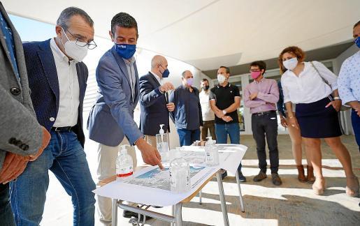 En primer plano el conseller Juan Pedro Yllanes (izquierda) y el alcalde Marcos Serra en la presentación del proyecto