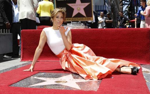 Jennifer López ha inaugurado hoy su estrella en el paseo de la Fama de Hollywood.