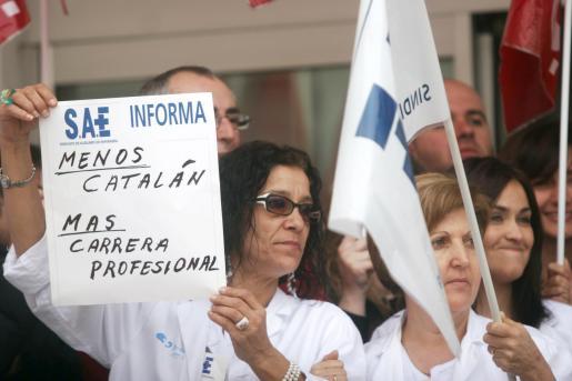 Imagen de archivo de una concentración de sanitarios contra el requisito del catalán en la sanidad pública.