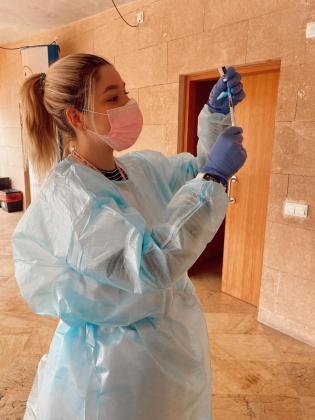 Una enfermera con una vacuna contra la COVID-19.