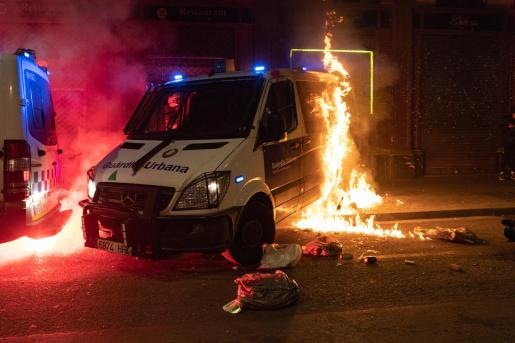 Archivo - Incendian un furgón de la Guardia Urbana durante la manifestación en defensa de la libertad de Pablo Hasél y los derechos sociales tras 12 días de protestas, en Barcelona (España), a 27 de febrero de 2021. La protesta ha sido convocada por Arran - Lorena Sopêna i Lòpez - Europa Press - Archivo