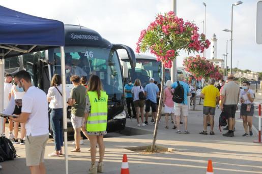 Turistas en el puerto de Ibiza.