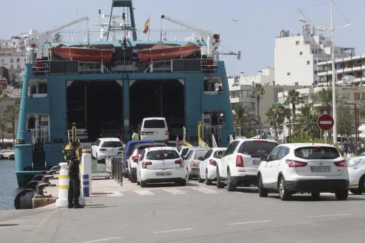 Vehículos en el puerto de Ibiza embarcando hacia Formentera.