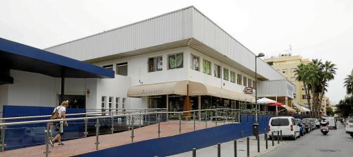 La rampa de acceso al mercado, un edificio inaugurado en 1987 al que acude regularmente gente de toda la ciudad.