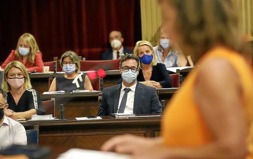 Antoni Costa (PP) escucha, desde su nuevo escaño de portavoz, a la presidenta a quien hoy replicará.