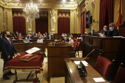 El formenterés Antonio Sanz, nuevo diputado por la coalición GxF, PSOE y EU, juraron el cargo antes del debate.