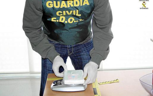 La Guardia Civil desarticuló al grupo de narcos en el que presuntamente operaba el acusado.