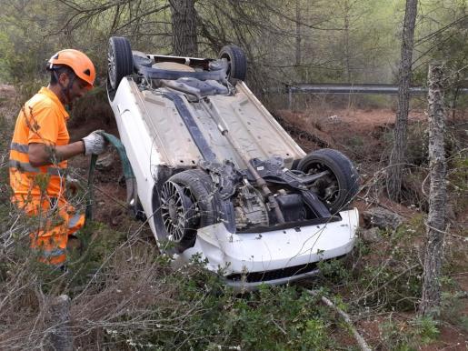 El turismo fue recuperado por un equipo de auxilio en carretera de Grúas Ibiza.