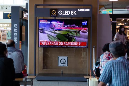 Ciudadanos ven en televisión las noticias que les llegan este miércoles desde Corea del Norte, que ha lanzado dos misiles hacia el Mar de Japón.