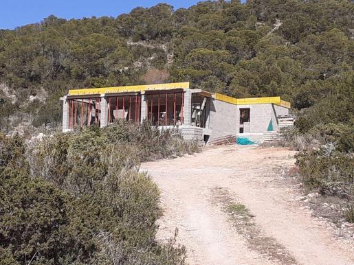 El Consell d'Eivissa ordenó el derribo de las obras al constatar que los promotores no tenían la licencia preceptiva y el restablecimiento del estado natural de la finca, que han corrido a cargo de la propiedad.