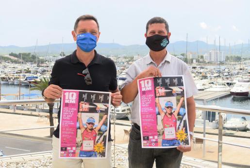 El organizador Juan Planells y el concejal José Ramón Martín con los carteles de la prueba.