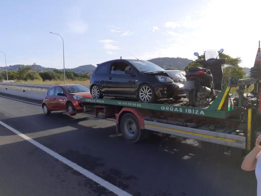 Un equipo de auxilio en carretera de Grúas Ibiza se ha encargado de la retirada de los vehículos afectados.