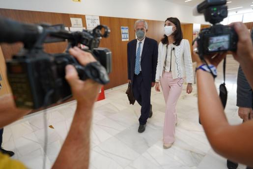 La ministra de Justicia, Pilar Llop, durante la vista de este jueves a los Juzgados de Ibiza junto al presidente del TSJIB, Carlos Gómez.