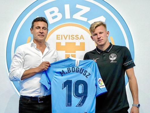 Mateusz Bogusz se presentó ayer como nuevo jugador de la UD Ibiza.