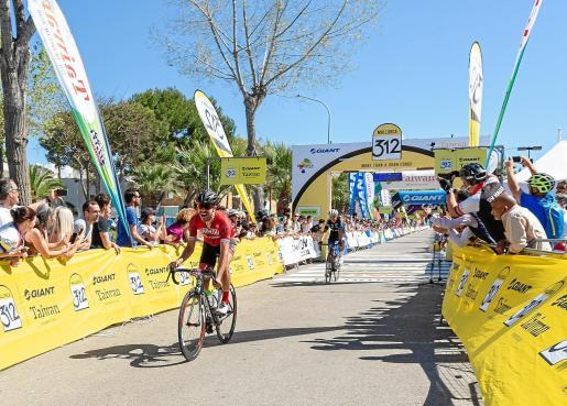GRUP SERRA Bart van Damme fuhr als erster Teilnehmer des 312-Kilometer-Rennensüber die Ziellinie. Foto: Mallorca 312