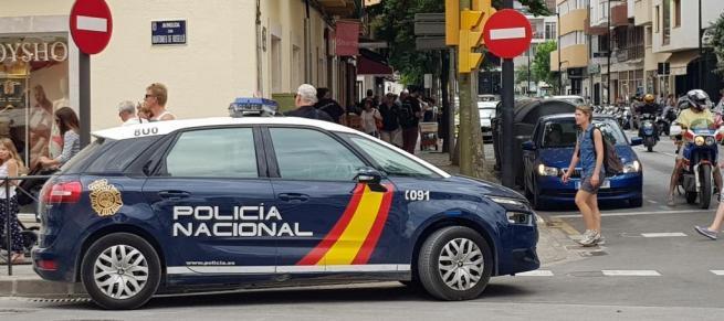 Detenido en Ibiza por amenazar a los clientes de un bar con unas tijeras y mostrar los genitales