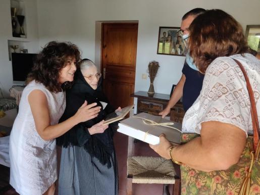 Maria Tur recibe un obsequio del Ayuntamiento de Sant Josep.