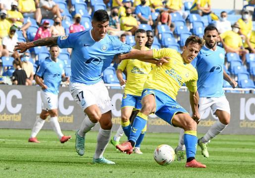 Castel pelea con Curbelo por el balón en un lance del duelo Las Palmas-UD Ibiza.