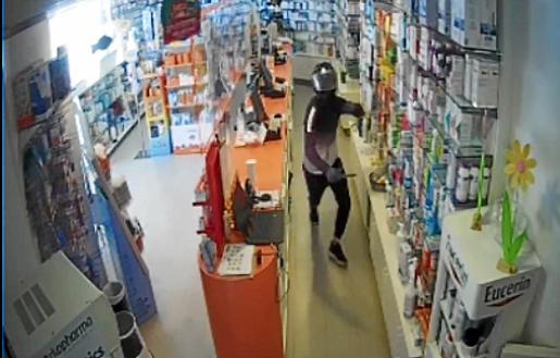 Imagen del encapuchado buscado por asaltar una farmacia de Sant Jordi.