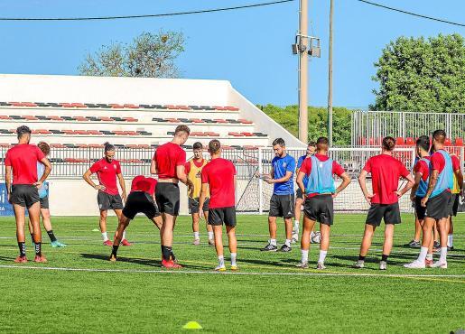 Míchel Alonso da instrucciones a los jugadores del Formentera, durante la última sesión de entrenamiento.
