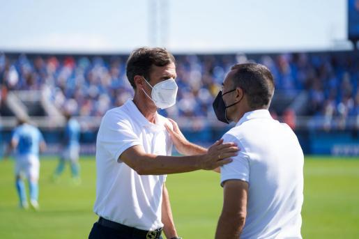 Ziganda y Carcedo se saludan antes del inicio del choque.