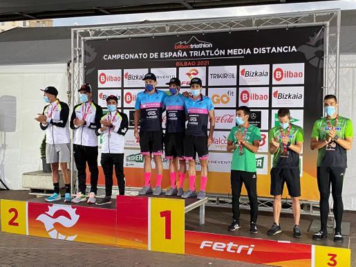 El ibicenco Ismael Parrilla, a la derecha del todo, posa junto al resto de su equipo en el tercer cajón del podio.