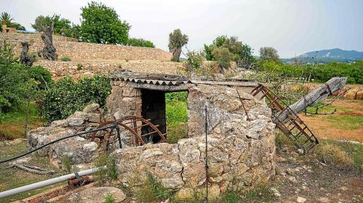 La 'sènia' de s'Hort d'en Martina con su noria desmantelada y la estructura en muy mal estado.