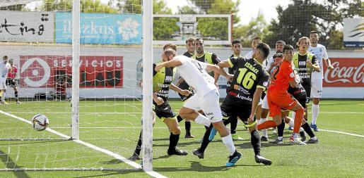 Carlos Badal marca el primer gol del partido tras una mala salida del portero visitante.