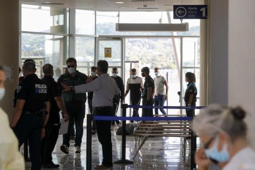 El traslado de los inmigrantes a la estación marítima de Sant Antoni para su custodia se hizo por la tarde.