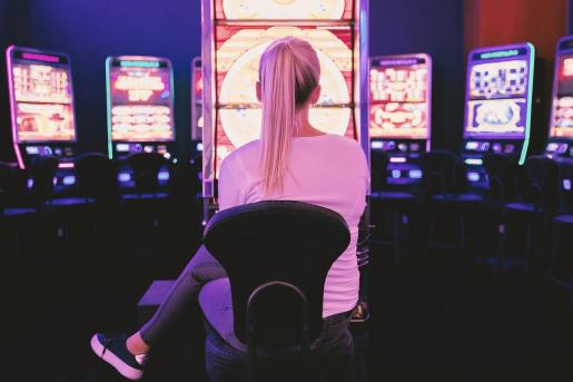 Una mujer, ante varias máquinas de juego.