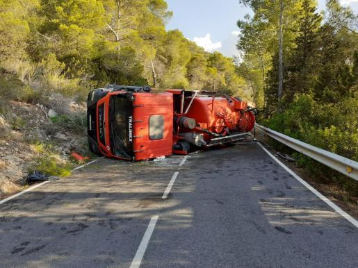 Imagen del camión volcado.