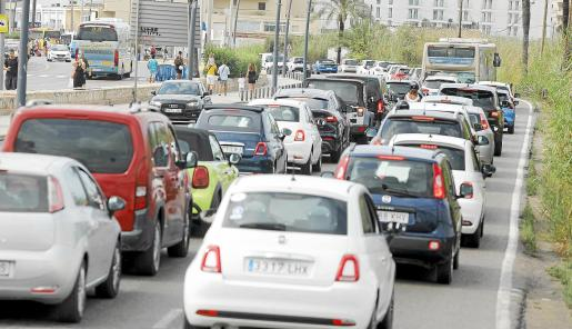 Atasco en la zona del puerto para entrar a la ciudad de Eivissa. El Consell quiere limitar la entrada de coches de alquiler y de caravanas a la isla.