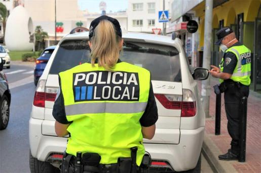 Agentes de la Policía Local de Sant Antoni luchando contra el transporte ilegal.