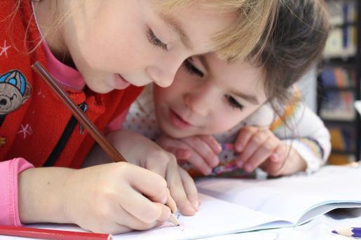 Niñas realizando los deberes del cole.