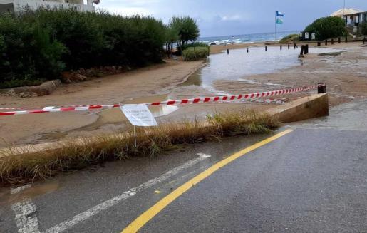 Debido a las fuertes lluvias registradas en las últimas horas se ha determinado el cierre del aparcamiento de los aparcamientos de es Figueral y Cala Llenya para prevenir daños