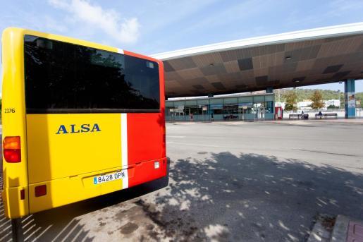 Un bus en la terminal de Sant Antoni.