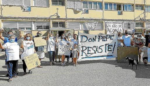 Vecinos de los Don Pepe, manifestándose frente a uno de los edificios en el mes de agosto.