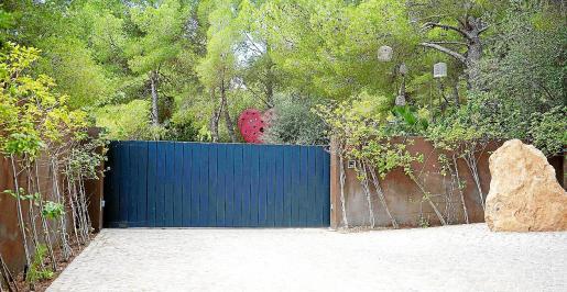 Puerta de entrada al complejo turístico Casa Lola.