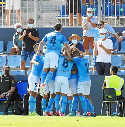 Los jugadores de la UD Ibiza celebran el gol de Javi Lara ante el Real Oviedo..