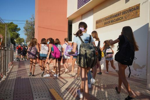 En la imagen, alumnos de Secundaria entrando en el IES Isidor Macabich.