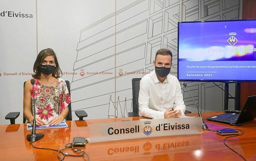 El conseller de Lucha contra el Intrusismo, Mariano Juan, y la directora insular, Nahira Cardona, ayer en la presentación de las conclusiones del plan piloto llevado a cabo este agosto contra las fiestas ilegales.