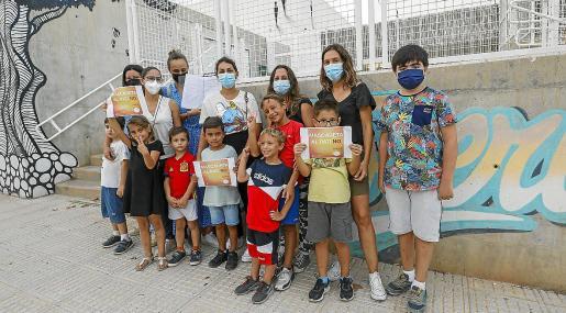 Varias familias de Ibiza,ayer, durante la recogida de firmas.
