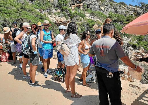 Durante el verano se han formado largas colas, regulada por un guarda de seguridad, para acceder al Caló des Moro.