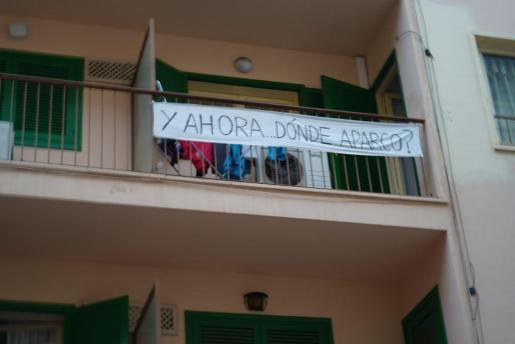 Pancarta en la terraza de una vivienda en la calle Aragón de Ibiza.