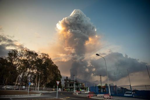El volcán de 'Cumbre Vieja' emite una gran columna de ceniza - Kike Rincón - Europa Press