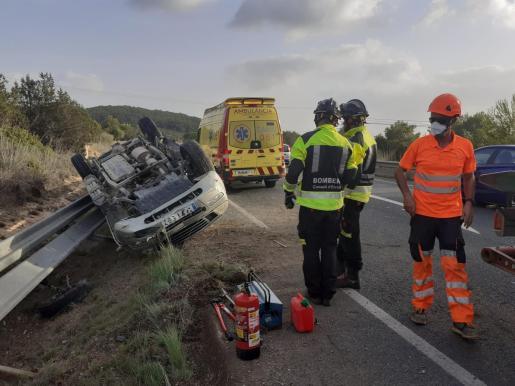 El vehículo volcado en Sant Josep.