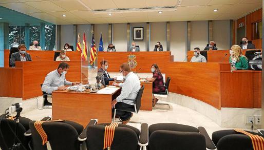 El Pleno del Consell Insular de Ibiza se reunió este viernes por primera vez presencialmente con todos sus miembros desde el inicio de la pandemia, en marzo de 2020.