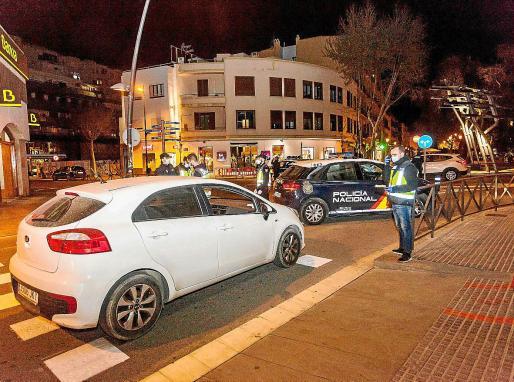 CONTROLES PARA GARANTIZAR EL CONFINAMIENTO. Toque de queda en las calles de Ibiza para combatir el coronavirus. Los operativos policiales se mantienen durante la noche para garantizar el cumplimiento de las restricciones.